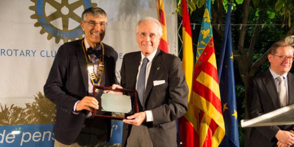 Premiado Juan Garrigós Piecho. Entrega el premio el Presidente José Pastor Rosado.